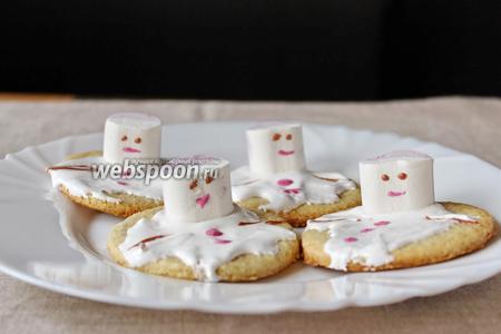 Делаем снеговику глаза и руки (также окрасим крем с помощью какао). Печенье «Растаявший снеговик» готово, можно сразу подавать.