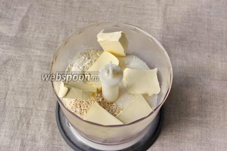 Готовить тесто решила с помощью блендера, так быстрее и удобней. В чаше блендера соединяем все сыпучие ингредиенты, добавим сливочное масло.