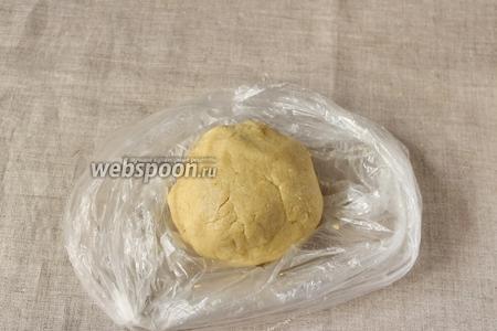 Ещё раз взбиваем, тесто соберётся в однородный шар. Тесто заворачиваем в плёнку и убираем в холодильник на 30 минут.