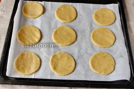 Раскатываем тесто, вырезаем печенье. Форму я выбрала круглую, но это может быть овал или что-то бесформенное, так как наш снеговик тает.