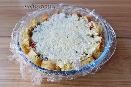 Сверху выложить ровным слоем оставшуюся картофельную массу.