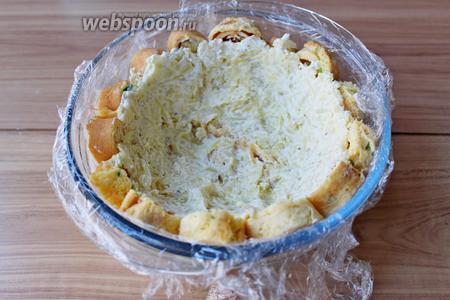 2/3 части картофельной массы выложить ровным слоем на рулетики, немного его утрамбовать.