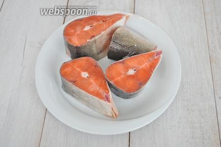 Рыбу почистить и нарезать на порционные куски.