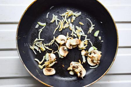 Обжариваем лук с грибами до золотистого цвета.