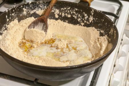 Смешиваем красную муку с топлёным маслом и продолжаем обжаривать, интенсивно перемешивая, около 5 минут.