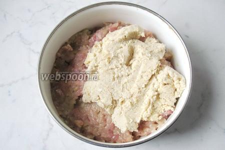 Выложить сливки с сухарями в мясной фарш.