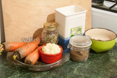 Нам понадобятся для индийской морковной халвы следующие продукты: готовая или приготовленная в домашних условиях кхоя, морковь, сахар, специи (кардамон и мускатный орех, где мускат можно заменить на 4 ч. л. корицы), орехи.