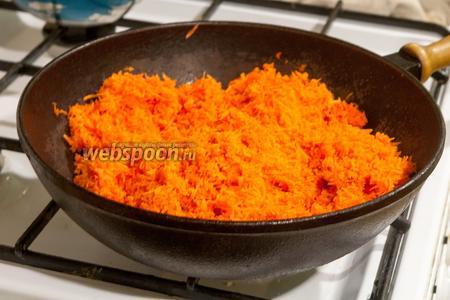 Протушим натёртую морковь на сухой сковороде, чтобы избавиться от лишней влаги.