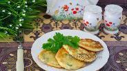 Фото рецепта Оладьи из брынзы с зеленью и сметаной