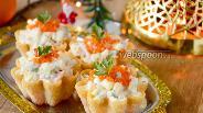 Фото рецепта Салат в тарталетках с курицей, креветками и красной икрой
