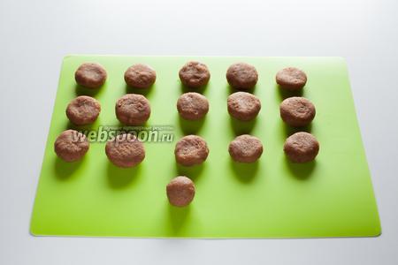 Из прянично-марципаново-глинтвейновой массы формируем шарики и слегка сплющиваем их. В оригинале конфеты имели форму сердечек, но мне, честно говоря, было лень возиться.