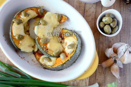 Тыквенные ломтики, запечённые с сыром и оливками