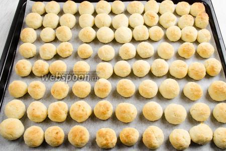 Выпекать в течение 25-30 минут. Не запекать печенье сильно. Готовое печенье остудить на решётке, перетянув пергаментный лист с печеньем.