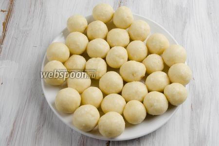 Сформовать шарики с помощью мерной ложки, малыми порциями. Быстро отправлять их в морозилку на 15 минут, чтобы шарики не просели на донышке.