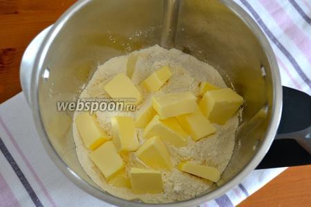 Чтобы приготовить тесто, просеять муку вместе с содой. Добавить щепотку соли и нарезанное кусочками холодное сливочное масло.