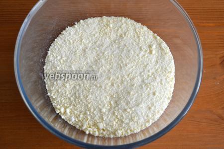 Для начинки муку перетереть с холодным маслом, добавить сахар и ванильный сахар, перемешать. (По желанию можно добавить измельчённые орехи).