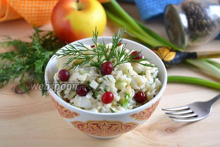 Салат с треской, рисом и зелёным луком