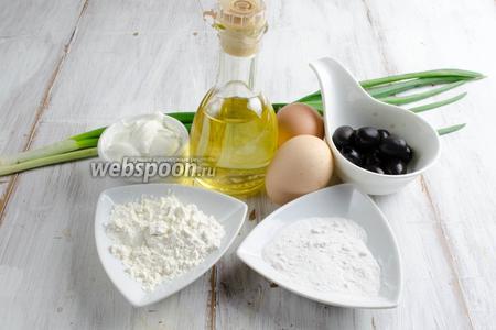 Чтобы приготовить омлет, нужно взять яйца, муку, крахмал, сметану, соль, перец, зелёный лук, масло подсолнечное, маслины.