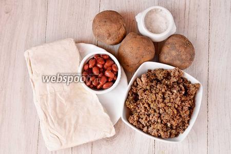 Для приготовления вкусного рулета с печёнкой вам понадобится картофель, печень говяжье отварная, фасоль, слоёное тесто и соль.