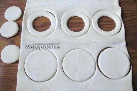 Одни кружки оставляем целыми, а у других рюмкой вырезаем круг. Получаем кольца.