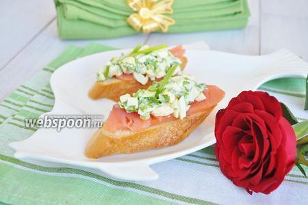 Брускетта со слабосолёным лососем и яичным салатом