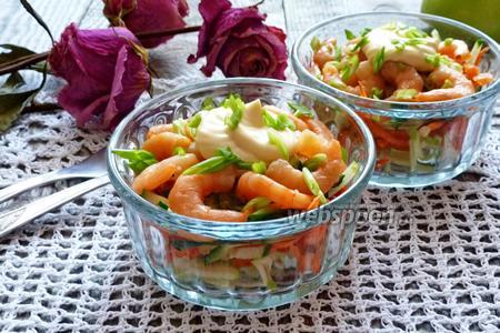 Салат-коктейль из свежих овощей с креветками