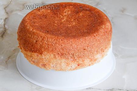Извлекаем бисквит с помощью вставки для приготовления еды на пару.