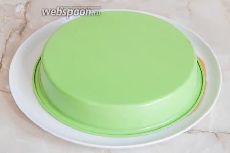 Как достать тарт-татен: берем плоское широкое блюдо, накрываем им форму и быстро и четко переворачиваем.