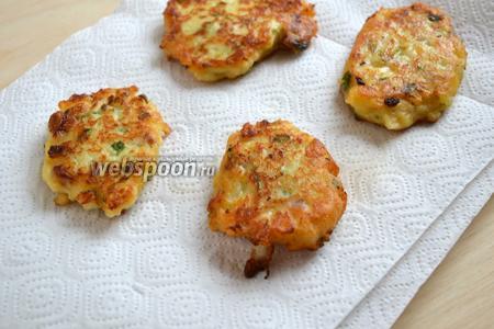 Выкладывайте ложкой картофельную массу на разогретую сковороду с маслом и обжаривайте до золотистой корочки с двух сторон на среднем огне. Выложите на бумажное полотенце для удаления лишнего масла.