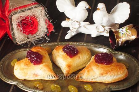 Фото рецепта «Сердечки» с сыром Бри и кедровыми орешками