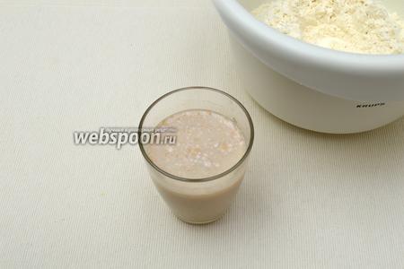 В тёплом молоке (температура около 30-35°С) растворить дрожжи и сахар.