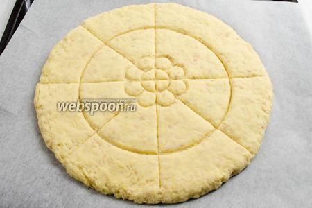 Подготовить противень с пергаментной бумагой. Тесто выложить на пергамент, растянуть в круг, толщиной 3 см. Ножом надрезать на 8 частей. Поставить в горячую духовку. Выпекать лепёшку в течение 20 минут при температуре 225°C до румяной корочки.