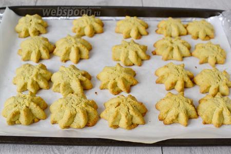 Выпекать печенье в духовке 15 минут, при температуре 180°С.