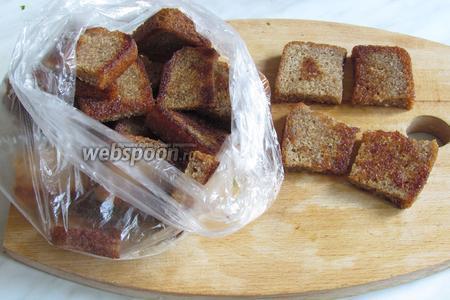 Обжарить хлеб на растительном масле. Это можно сделать накануне, даже за пару дней, хранить хлеб обязательно в пакете.