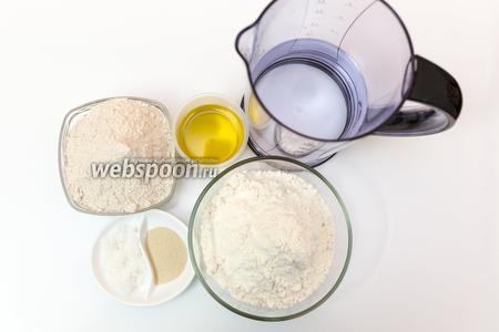 Для приготовления нам понадобится мука цельнозерновая, мука пшеничная, соль, дрожжи, вода, оливковое масло.