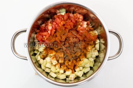 Баклажаны промоем от соли, выкладываем в кастрюлю с луком. Туда же отправляем нарезанные мелко помидоры, приправим смесью перцев, паприкой и корицей. Я сняла с помидоров кожицу. Для этого просто опустила их в кипяток на несколько минут.