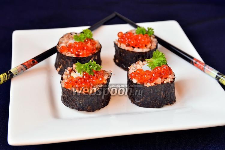 Фото Роллы с кальмарами и красной икрой
