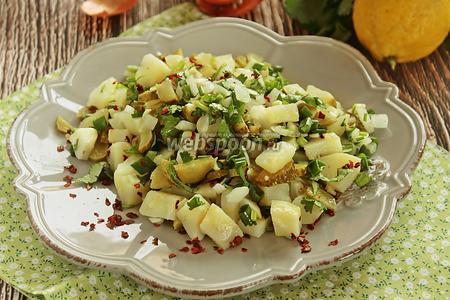 Салат с картофелем, маринованными огурцами и зеленью