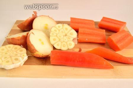 Овощи помыть, высушить. Лук и чеснок, не очищая от шелухи, разрезать вдоль. Морковь и перец чили нарезать крупно произвольно. Овощи здесь используются больше для аромата, нежели для еды. Но если хотите, то очистите и лук с чесноком. Это не принципиально. Чили я не чистила от семечек. Но если хотите меньше остроты, то удалите семечки.