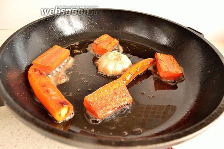 Обжариваем немного все оставшиеся овощи. Лук и чеснок срезом вниз.