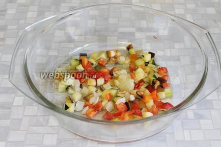Поместить размороженные и промытые овощи.