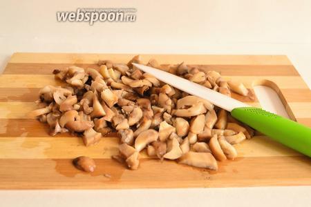 В это время приготовим сливочно-грибной соус. Шампиньоны нарезать произвольно, но не крупно. У меня шампиньоны в этот раз были замороженные. Я их предварительно припустила на сковороде, буквально 1-2 минуты. Как только ледяная глазурь растаяла, откинула грибы на дуршлаг и нарезала. Поскольку была крупная нарезка.