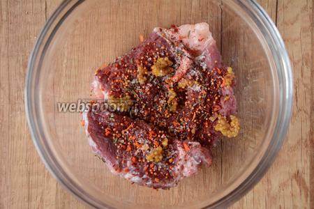 Выложить мясо в глубокую тарелку, добавить соль, чёрный молотый перец, специи для мяса, дижонскую горчицу, тимьян.