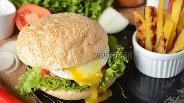 Фото рецепта Гамбургер с говяжей котлетой и яйцом