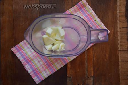 Яблоки очистим от шкурки, вырежем сердцевину и нарежем небольшими кусочками. Положим их к бананам.