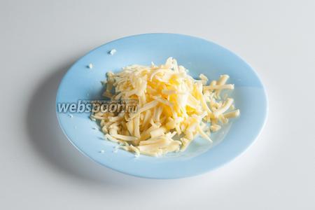 Трём сыр на крупной тёрке.