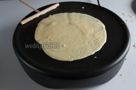 Перед началом выпекания, нагреваем жаровню для крепов на средней мощности. Кто умеет печь блины на сковородках — тем, думаю, ничего объяснять не нужно. У меня блины отродясь не получались, поэтому крепы (и приспособления для их выпекания) явились для меня приятным открытием. Так что по ходу буду делиться впечатлениями. 1 креп получается из 1 супной поварёшки теста. Жидкое тесто распределяют по жаровне более тонким слоем с помощью вращательного движения той палочки, которая видна в левом верхнем углу кадра. Как стрелкой по циферблату проводят. У профи получается за 1 движение, мне предстоит ещё поучиться.