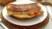 Фото рецепта Горячий сэндвич с двойным сыром, томатом и беконом