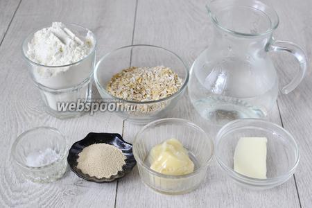 Для приготовления лепёшек нам понадобится вода, сухие дрожжи, мука, мёд, сливочное масло, соль, овсяные хлопья.