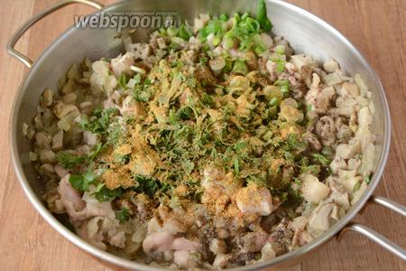 Зелёный лук, петрушку и укроп мелко шинкуем. Добавляем в общую массу, добавляем соль, перец чёрный молотый и специи для мяса, хорошо перемешиваем.